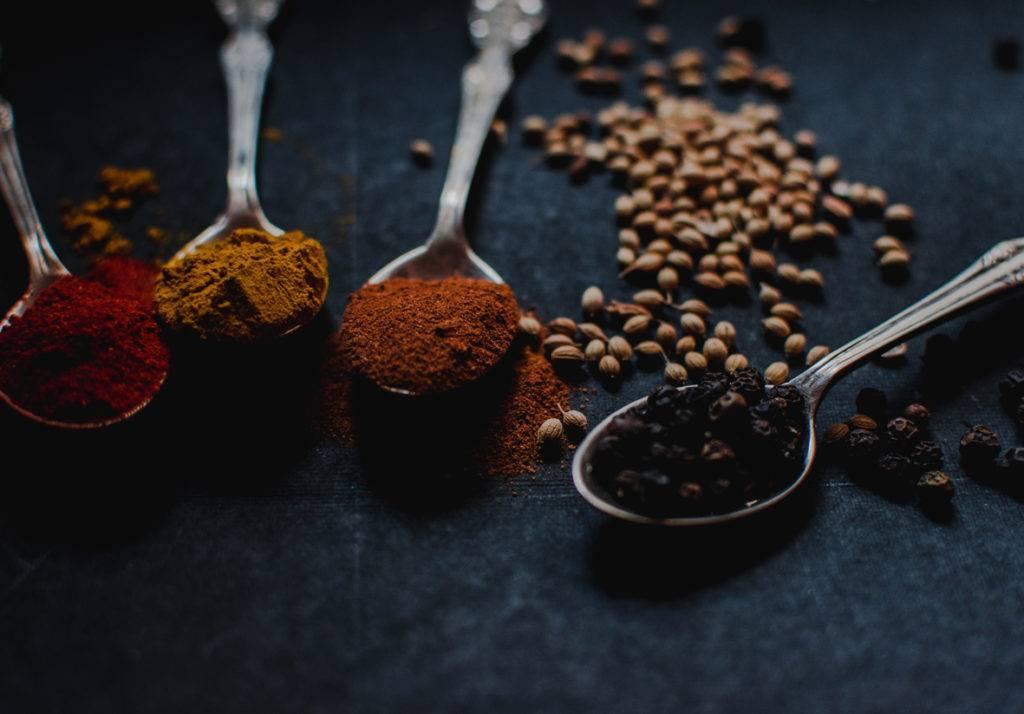 Как приготовить молотый или растворимый кофе с перцем и какой лучше использовать — красный чили или черный?